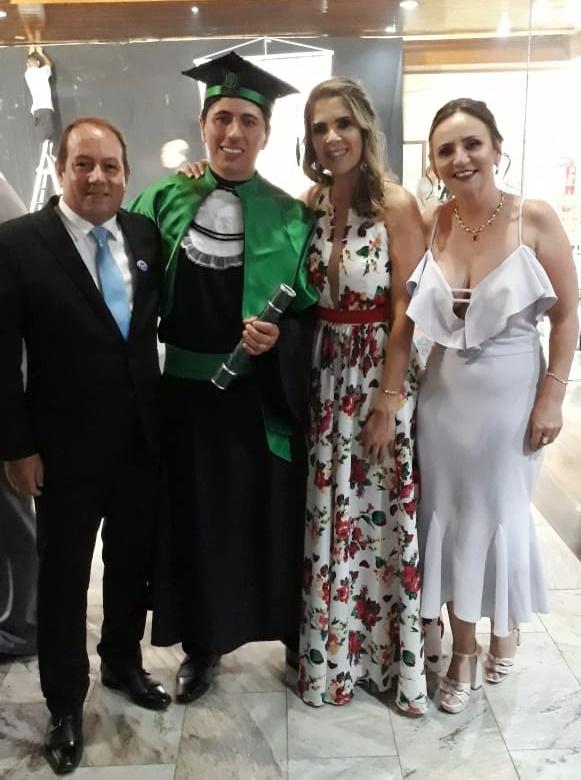 Eduardo Vieira Cruz colou grau em Medicina Veterinária. Alegria sem fim para os pais Rozilane Vieira e Adilson Souza Cruz e para sua namorada Adriana Guimarães