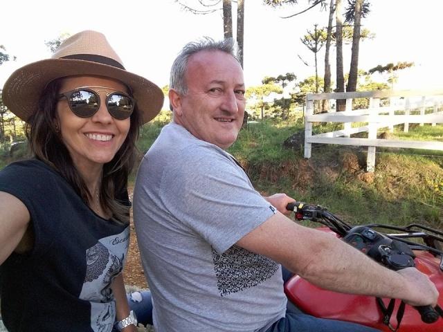 Domingo para soprar velinhas com Susana Zaniz Mezzalira. Aqui a aniversariante curtindo as trilhas serranas do Painel, com o marido Alberto Mezzalira