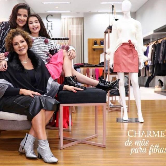 Daniela e Lara com a mãe Adriana Paes