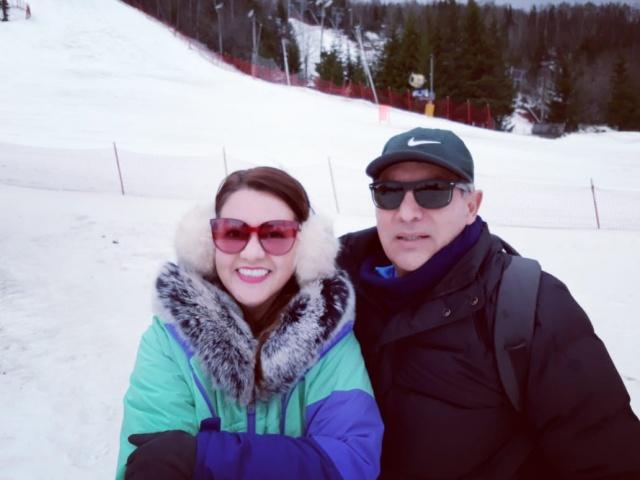 Daiane de Oliveira e Hildebrando Nilton Reis Filho realizaram linda viagem. O médico participou do Congresso Ampliar Montreal, no Canadá. Lá o casal aproveitou para esquiar na estação de Sommet Saint Sauveur. A parada final, foi uma chegadinha na badalada Nova York.
