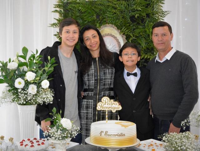 Pedro Henrique foi recepcionado pelos pais Fernando Aguiar e Luciane Fontana, o irmão João Vitor, amigos e familiares em comemoração a sua Primeira Eucaristia, no último dia 19, no restaurante La Central