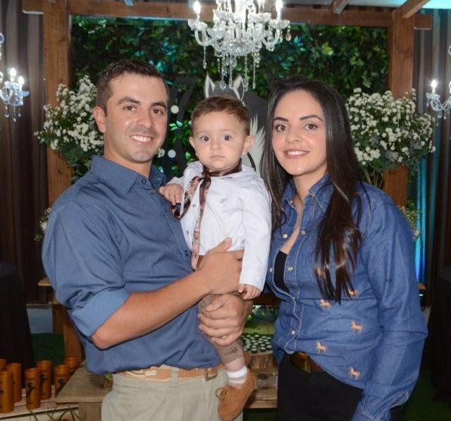 Cleidison Lourenço de Souza e Amanda de Paula Ferreira felizes e festejando o aniversário do gatinho Yago