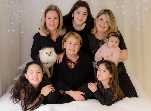 A Casa das Sete Mulheres! Neste final de semana das mães uma imagem linda de Norma Paes com as filhas Juliana e Luciana Paes e as netas Luiza e Laura Paes de Lima e Anita e Amábile Paes da Costa, a caçulinha das mulheres Paes. E ainda tem a Chanel!!