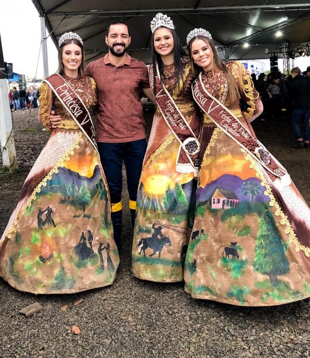 Ezequiel Amarante e a Realeza da Festa do Peão Laçador de Correia Pinto que aconteceu nesse final de semana. Ully, Rafaela e Camila: Lindas!