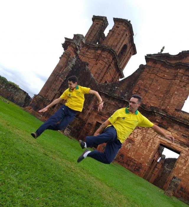 Leonardo Martins e Anderson Pereira, do Grupo Garrão de Potro Festivais Internacionais, fazendo uma graça em frente às ruínas de São Miguel das Missões
