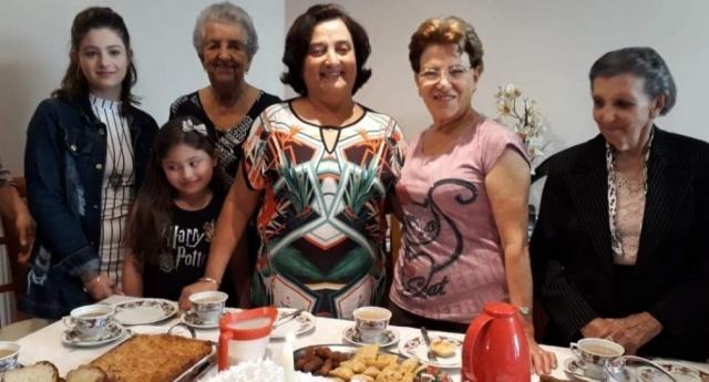 Ivete Costa recebeu amigas e netas para um café. Entre as convidadas estava Isolete Vieira Ramos, que foi madrinha de seu casamento no ano de 1965 em Urubici. Foi uma tarde regada a muitas lembranças e histórias
