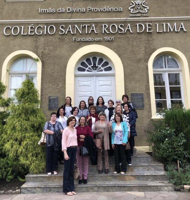 No ano de 1975 elas formaram a primeira turma do Curso Técnico em Secretariado do Colégio Santa Rosa de Lima. Para relembrar boas histórias e reforçar a amizade que as une, as colegas reuniram-se em clima de muita alegria.