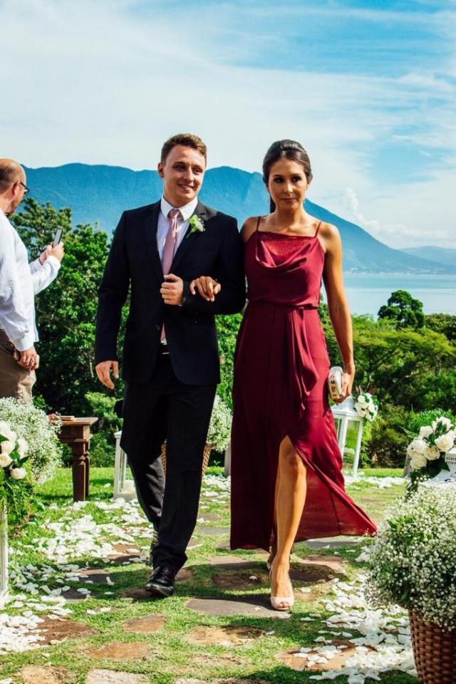 Em Florianópolis um click lindo dos padrinhos Guilherme Cattoni e Aline Sudoski. Ele, amigo do noivo, o cirurgião plástico lageano Willian Vargas da Cruz e ela, amiga da noiva, a oftalmologista Débora Zanatta