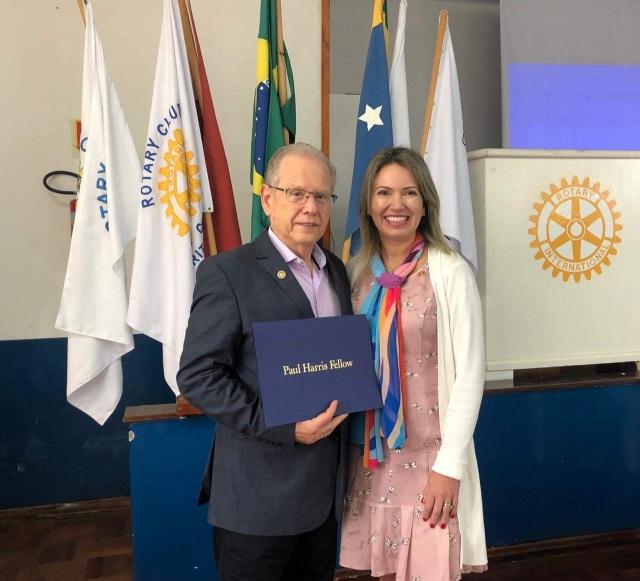 Roberto Amaral recebeu o título Companheiro Paul Harris da Fundação Rotary International da Presidente do Rotary Alvorada de Lages, Maria Alice Baggio
