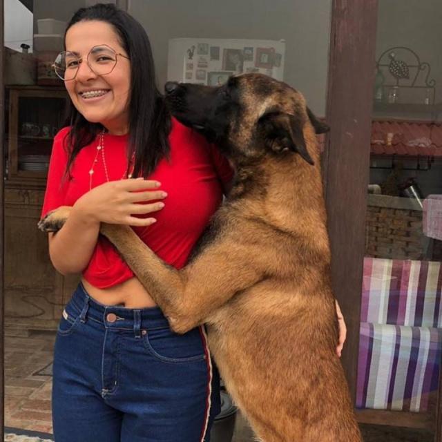 """Viva a Dani! Hoje é aniversário dessa linda que ama animais. A empresária Daniela Paes Machado festejará o seu dia do jeito que mais gosta, recebendo as clientes na Charme e auxiliando seus amiguinhos de quatro patas. Por isso ela convida todas as """"charmosas"""" de Lages, que deem uma passadinha na loja, das 10 às 19 horas, para comemorar seu aniversário e de presente levem uma doação em ração canina. Será tudo doado para a cuidadora Valéria. Com certeza vai ser uma festa """"animal""""! Parabéns Dani!!!"""