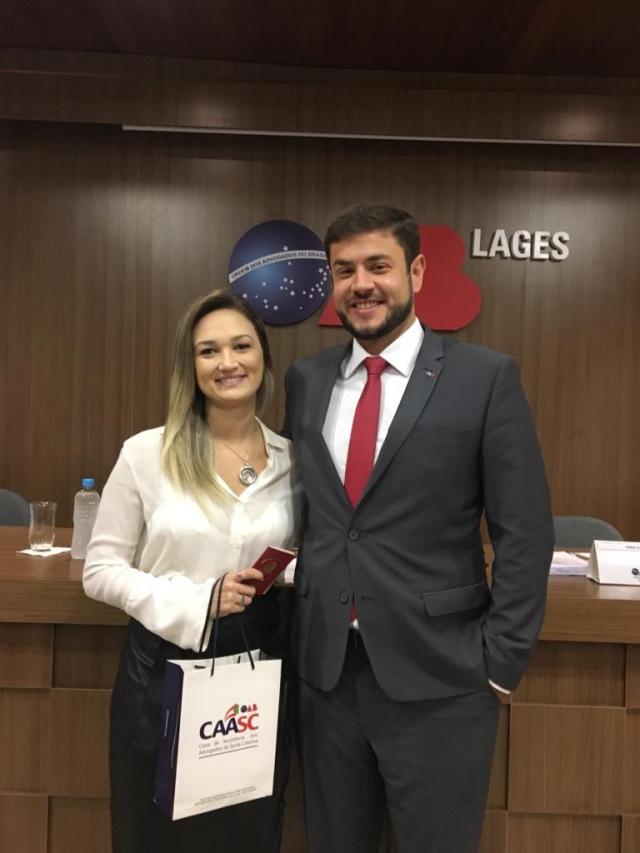 A psicóloga, e agora advogada Ana Maria Pavão Silva recebeu a carteira da OAB das mãos do marido, também advogado, Gabriel Antunes de Oliveira