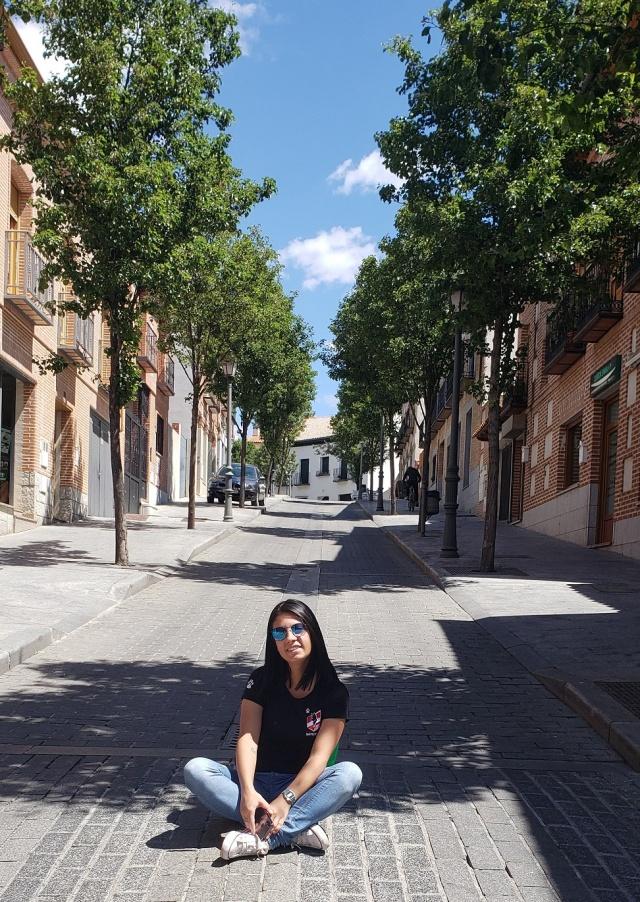 Gabriela Sassi pelas ruas de Navalcarnero. A jornalista é a assessora de imprensa das Leoas da Serra e acompanha a delegação no mundial da Espanha.