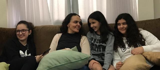 """Tia coruja! Um click lindo de Mayra Ceron Pereira com as sobrinhas Mariana, Maitê e Rafaela. """"Ainda tem a Valentina"""", derrete-se a tia apaixonada por suas princesas."""
