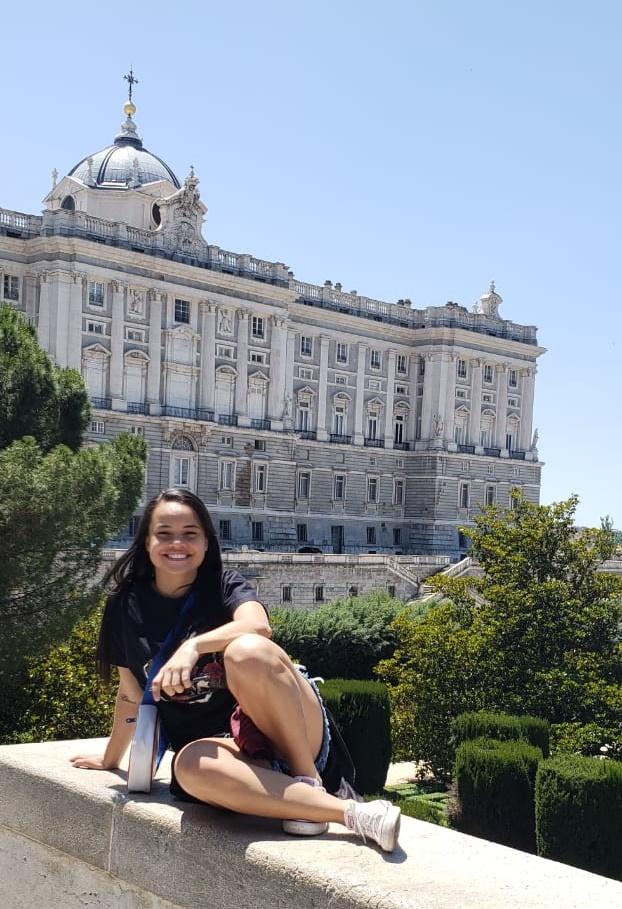 Jhennif Karonlay, das Leoas da Serra, num click lindo por Madri. Aqui emoldurada pelo Palácio Real