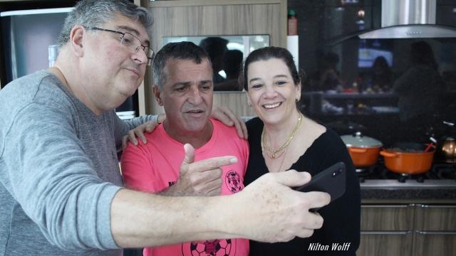 """Dr Heron Anderson de Souza e sua esposa Karen recepcionaram o árbitro mundialmente conhecido, Clésio Moreira dos Santos, o """"Margarida"""", em sua residência. Foi Margarida quem apitou a final do campeonato Amador de Lages, vencida pelo time do Cruzeiro."""