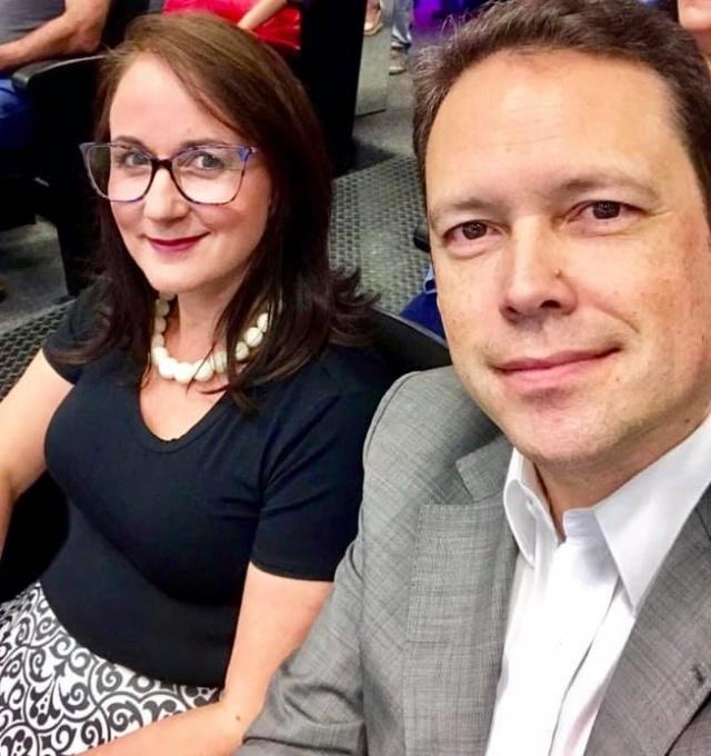 Os parabéns de hoje vão para Arnaldo Sousa, no selfie com a esposa Kátia Sousa. Feliz aniversário!!!