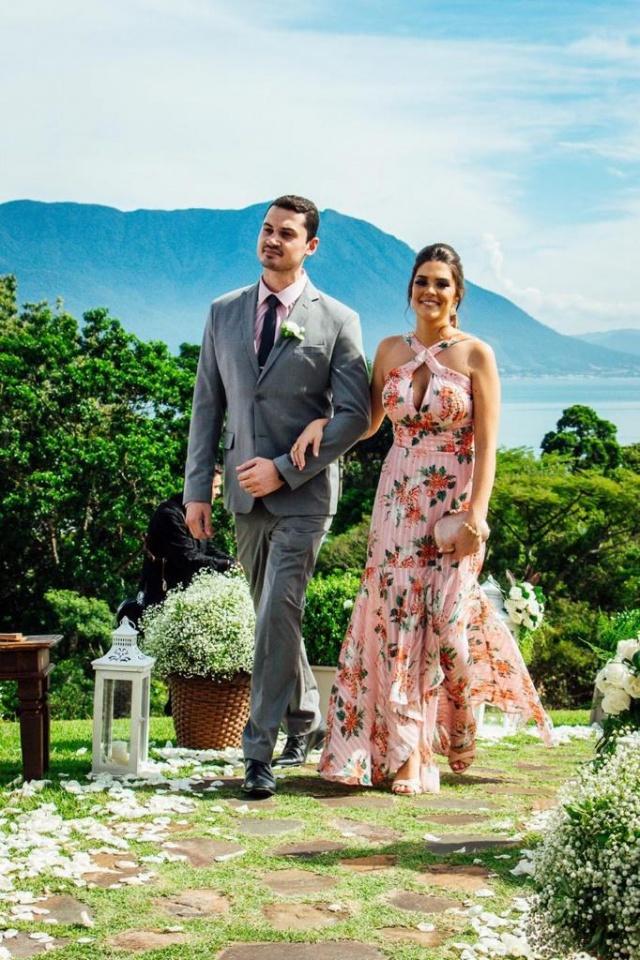Caio Dabbous e Carolina Vargas da Cruz em elegante evento no litoral catarinense