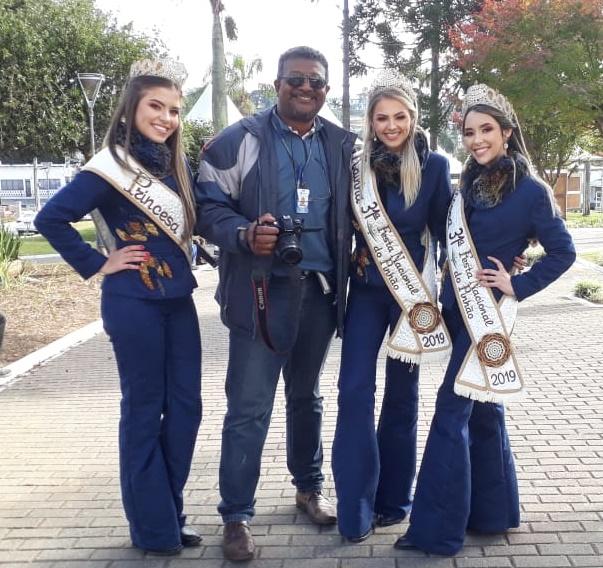 Aquele cinegrafista que a gente ama! Ary Barbosa com a realeza da Festa do Pinhão: Victória, Maysa e Vitória