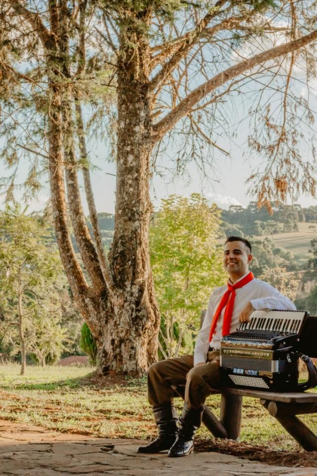 """Destaque musical para Douglas Premiado como melhor instrumentista na Sapecada da Serra Catarinense deste ano pela composição """"De lacinho atado"""", Douglas Silva de Moraes, acadêmico do Curso de Música da Uniplac, é também professor de Acordeon e passou por grupos musicais, tais como: Fogo de Chão, Grupo Tropeiros e Grupo Candieiro. O músico sempre envolvido com novos projetos lança agora seu primeiro CD solo intitulado """"Douglas Moraes, A Magia da Gaita"""". """"Para este trabalho busquei fazer um resgate das músicas dos meus mestres, a começar pelas músicas do meu pai """"Seu"""" David Moraes que também toca acordeon, e também do meu tio João Branco"""",conta ele. """"Eram músicas que eu escutava quando criança. Ainda neste CD foram gravadas músicas do professor Edson Arruda e Alexandre Bueno, também Edson Brito, que é um grande compositor lageano e também do Gabriel Maculan, grande acordeonista e também acadêmico do curso de Música"""". O lançamento do CD de Douglas será hoje, 27 de junho, no Teatro de Sesc, a partir das 20 horas."""