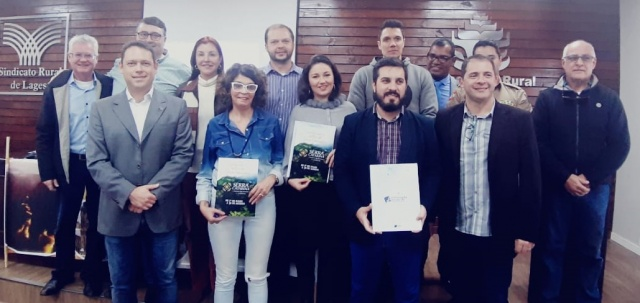 A Presidente da Santur Flávia Didomenico recebeu, durante reunião do Conserra, convite oficial Serra Catarina Festival de Inverno