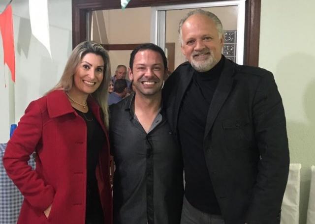 Coronel Lopes e sua esposa Cristiane prestigiando o aniversário de Giovanni Zanella