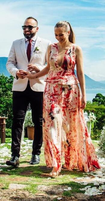 Diego Oliveira e Bruna Peluso em elegante evento no litoral catarinense
