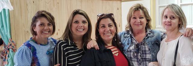 As amigas professoras Terê, Daniela, Andreia, Marly e Bia prestigiando o arraiá do Colégio Santa Rosa de Lima