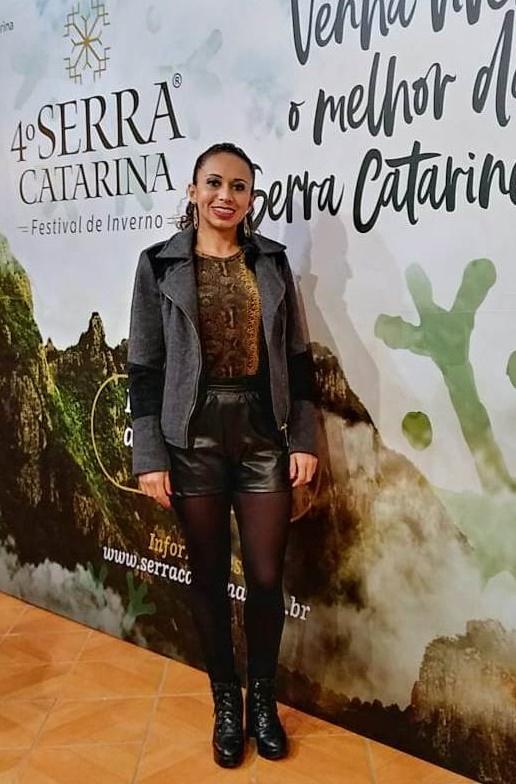 A assessora da CDL e árbitra Daiane Madeira curtiu a Festa Nacional do Pinhão no melhor estilo fashion serrano. Aproveita esse click dessa linda, para lembrar a todos que neste dia 1º de julho inicia oficialmente o Serra Catarina Festival de Inverno.