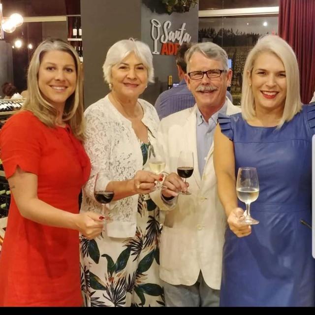 A família Rojas Ferraz, da vinícola Monte Agudo, termina o ano em festa com o nascimento de uma nova linha, a Expressões de Altitude, com dois vinhos, e também o mais novo espumante Sinfonia blanc de blancs. No brinde Carolina e Patrícia com os pais Álida e Leônidas