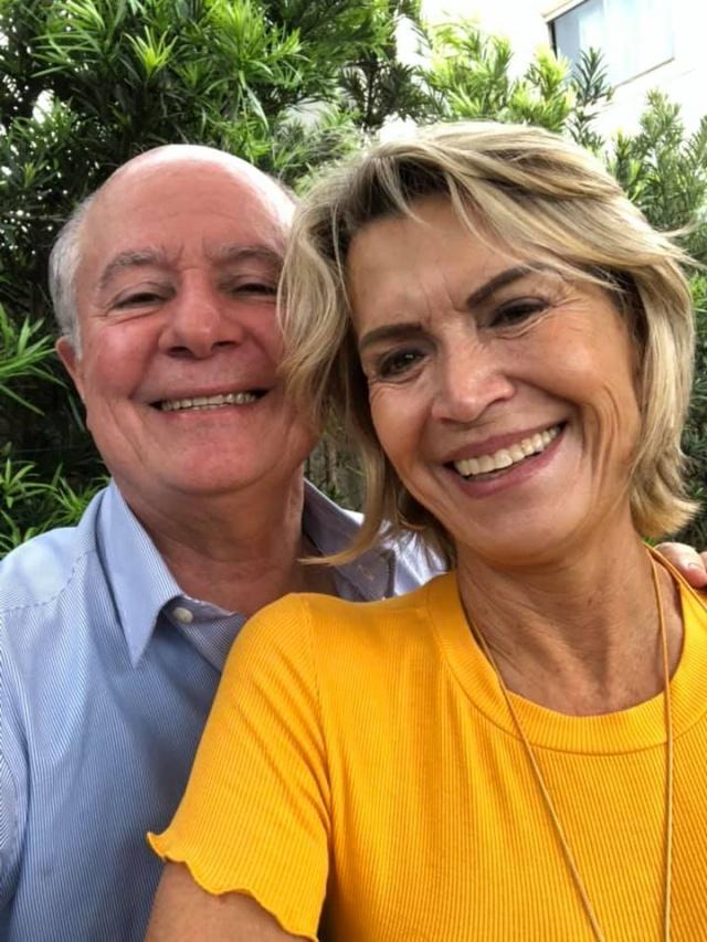 Domingo para soprar velinhas com Sandra Sell Ribeiro. No click a aniversariante com o marido Décio Ribeiro