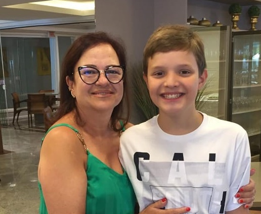 Vera Zapelini é toda carinho com o neto Henrique, que completou 13 anos na última semana