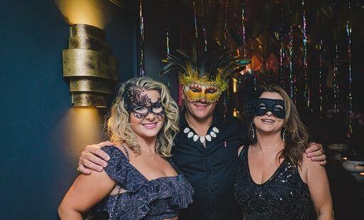 Em Floripa! No tradicional baile de máscaras do Bistrô da Praça, Melissa Ribeiro Amaro, Ricardo Almeida e Nilza Narciso ribeiro, marcando presença!