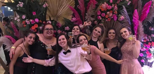 Novas Jornalistas na área Vitória Marques Bittencourt e Caroline Goulart festejaram felizes da vida a formatura em Jornalismo. No click as formandas da Uniplac rodeadas pelo carinho das amigas