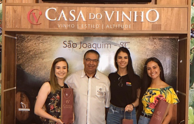 Soberanas da Maçã participam de degustação na Casa do Vinho Os preparativos para a 22ª Festa Nacional da Maçã, que acontece de 7 a 10 de maio estão em andamento, e a preparação das realezas que levarão o nome da Capital Nacional da Maçã nas divulgações e no evento não para. Um dos compromissos da Rainha Laís Matos de Liz e as princesas Bruna Camargo e Andrea da Silva Alves, foi o de visitar o empresário Vilson Borges, proprietário da renomada e conhecida Casa do Vinho. Na ocasião, foram apresentadas as realezas os dois principais rótulos da casa: Comendador (vinho premiado) e o espumante Amália que tem esse nome devido a uma homenagem a mãe do fundador da Casa do Vinho.  Sobre a Mostra dos Vinhos Finos de Altitude Todo conhecimento que Vilson Borges passou para as soberanas da maçã, será base para que elas possam apresentar a 2ª Mostra dos Vinhos Finos de Altitude que faz parte da programação da 22ª Festa Nacional da Maçã. Vale lembrar que em 2019, São Joaquim recebeu também o título de Capital Catarinense dos Vinhos Finos de Altitude, trazendo mais uma conquista para a Serra Catarinense.