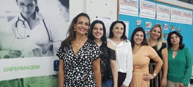 O curso de Enfermagem da Uniplac está festejando neste ano 20 anos de existência. A data será festejada no dia 20 de fevereiro com uma linda solenidade no Centro de Ciências Jurídicas da instituição. No click a coordenadora do curso Andrea Borges com as pioneiras da primeira turma Andrearah Ribeiro, Patrícia Godoi, Sonimary Nunes Arruda, Francine Formiga e a primeira coordenadora e fundadora da Enfermagem Uniplac Tânia Bellato