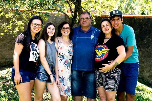 Família Fauzel em festa Cleomar Fauzel completou seus 60 anos esta semana. A feliz data for festejada ao lado da família. Feliz aniversário!