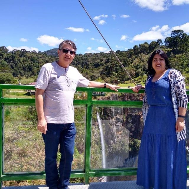 O feliz aniversário de hoje vai para Eliete Moraes Santana. No registro nossa aniversariante com o marido Munir Saleh