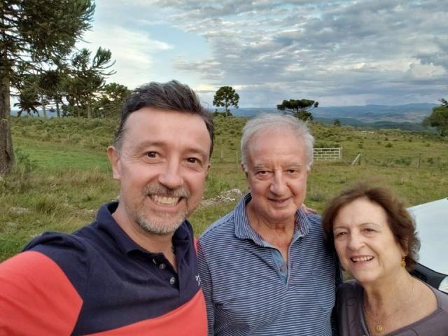 Feliz aniversário para a querida Eneita Aquino. No click com o marido Hélio e o filho Ronald.