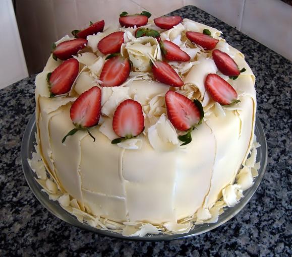 bolo-quatro-leite-com-morangos