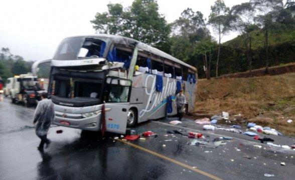 Ônibus tomba na BR-470 em Pouso Redondo, e deixa feridos graves